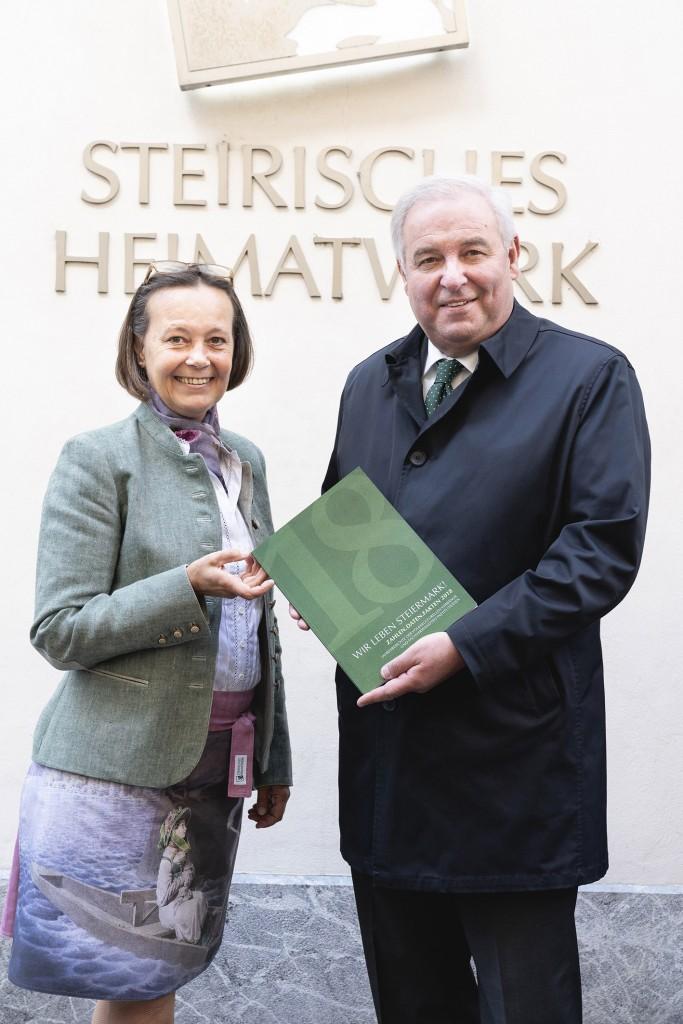 Foto 1: Dr. Monika Primas (GF Volkskultur Steiermark GmbH) übergibt Landeshauptmann Hermann Schützenhöfer die neue Publikation.